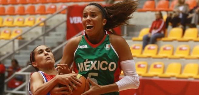 Ángela Rodríguez pelea un balón en el encuentro vs Costa Rica