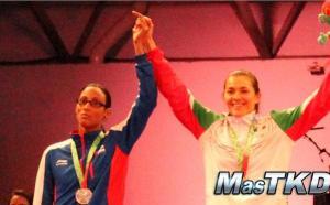 La cubana Glehnis Hernández 'enseña el dedo' durante la premiación